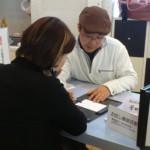 イベント会場での筆跡診断の様子